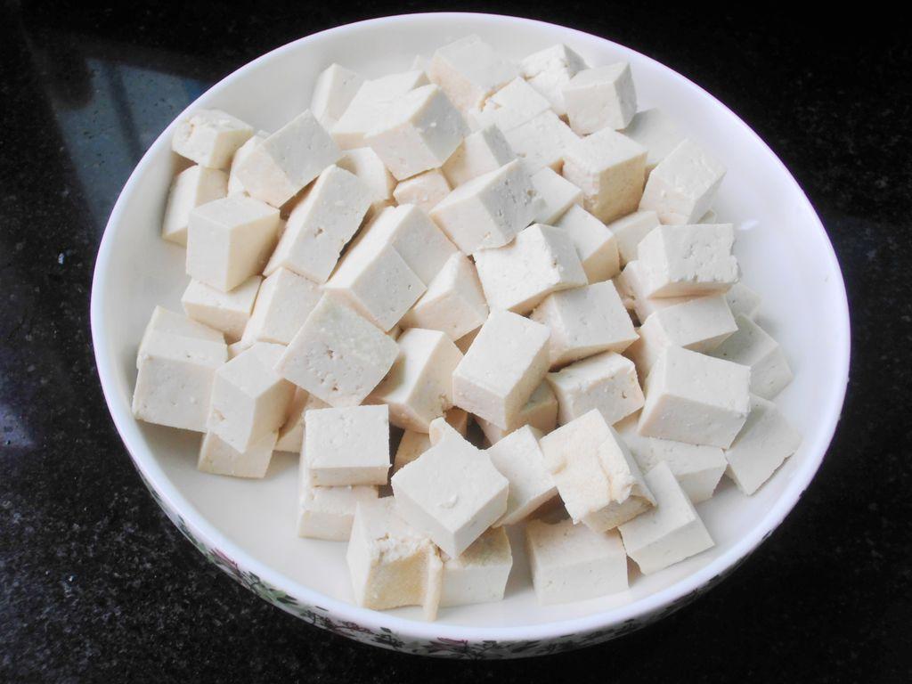 干豆腐怎么切�yoh_豆腐洗净切小方块加少许盐腌制片刻