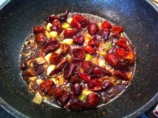 锅中倒油 放入各种香料炒出香味后捞出 放入灯笼椒稍微变色放入香锅