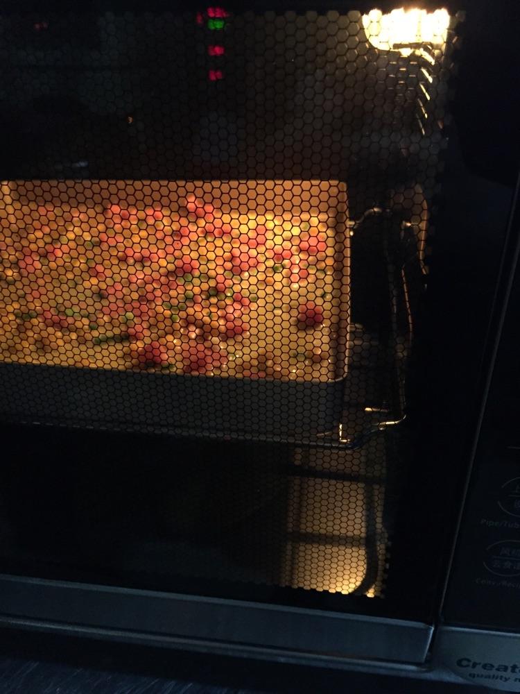 放入预热好上下火200度烤箱6分钟即可.