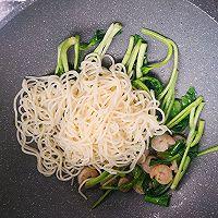#花10分钟,做一道菜!#虾仁蛋炒面的做法图解9