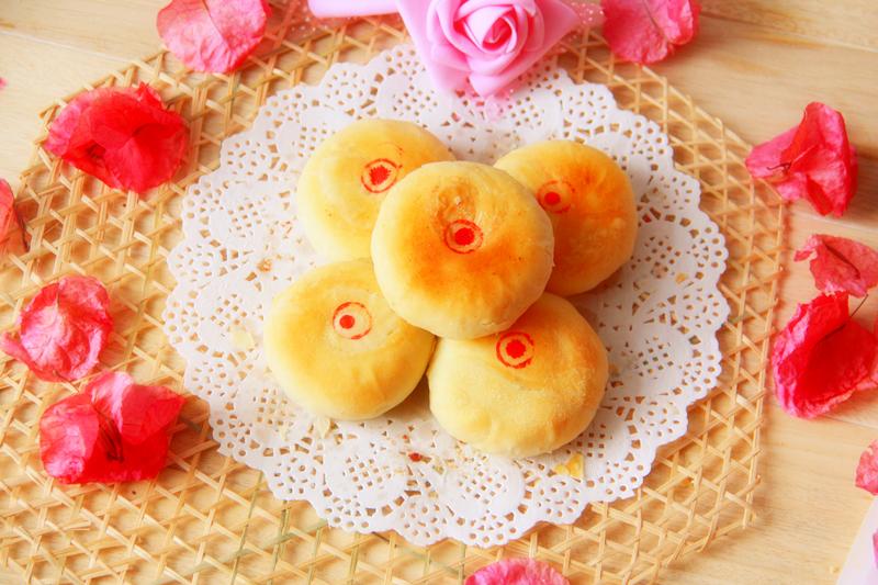 玫瑰作为美容养颜的佳品,既可以泡茶,也可以做馅儿制成点心。用小包酥的手法,裹入玫瑰酱做成的馅儿,成品外皮酥松,内馅儿香甜,既能作为零食小点儿,又可兼顾美容养颜的功效,一举两得,不可不试。本配方可制作10个直径约7-8厘米、厚度1.5厘米的玫瑰花饼。