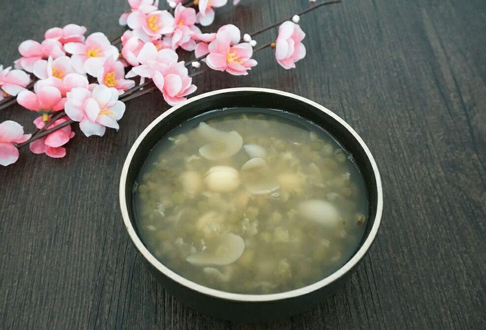 莲子百合绿豆汤的做法步骤 小贴士 我用的是砂锅,大火时开盖煮,转小火