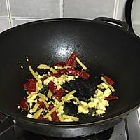 #新春美味菜肴#蒜苔炒腊肥肠的做法图解4