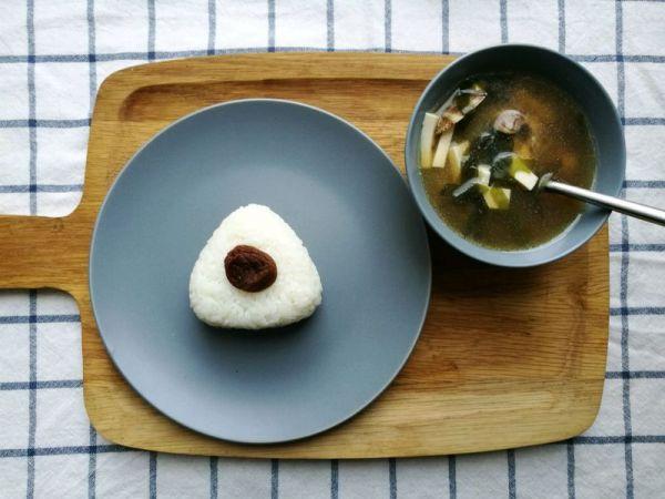 一人食|梅子饭团&味噌汤