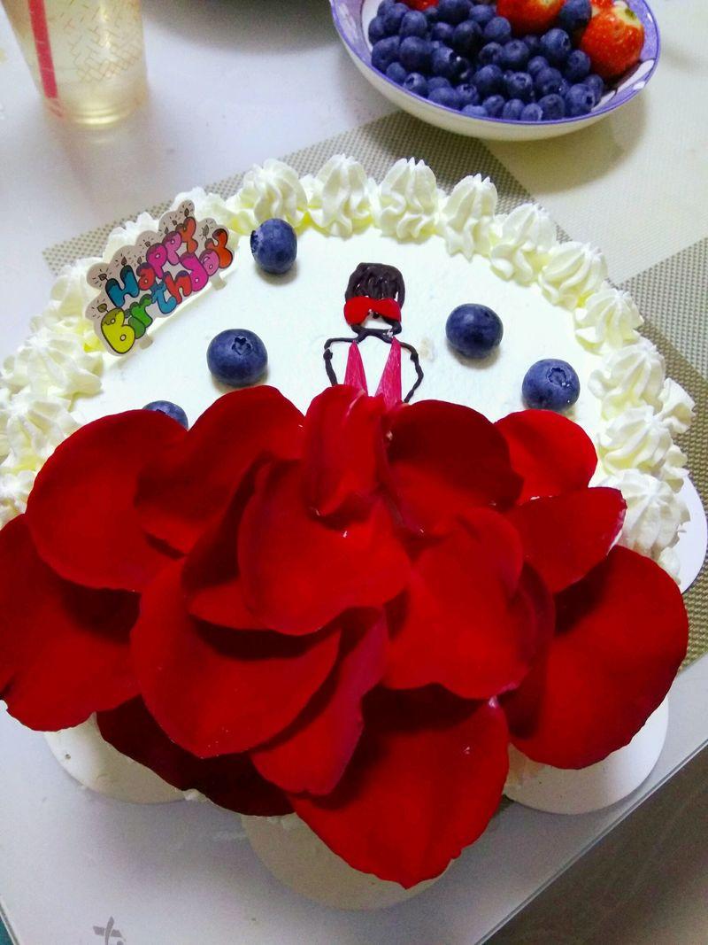 吃生日蛋糕_玫瑰生日蛋糕怎么做_玫瑰生日蛋糕的做法_豆果美食