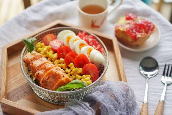 健身食谱|石榴藜麦三文鱼色拉,高蛋白轻食餐的做法