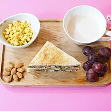 精致早餐:金枪鱼三明治配安慕希酸奶