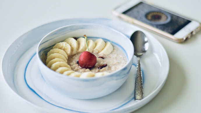 一只碗的早餐: 香蕉莓干燕麦粥#520,美食撩动TA的心!#
