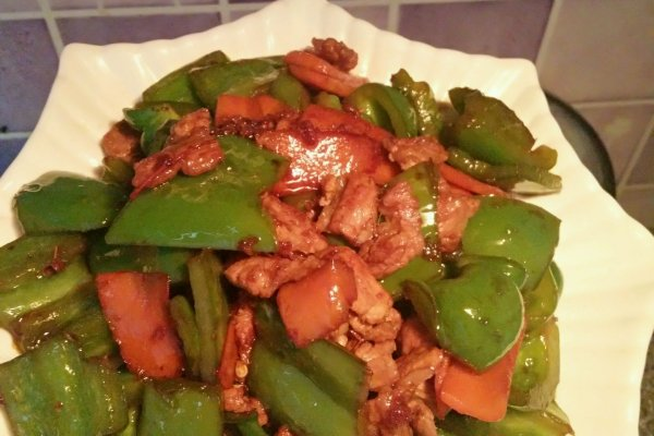 胡萝卜半根切片 肉炒菜椒-杨姑娘的做法步骤        本菜谱的做法由
