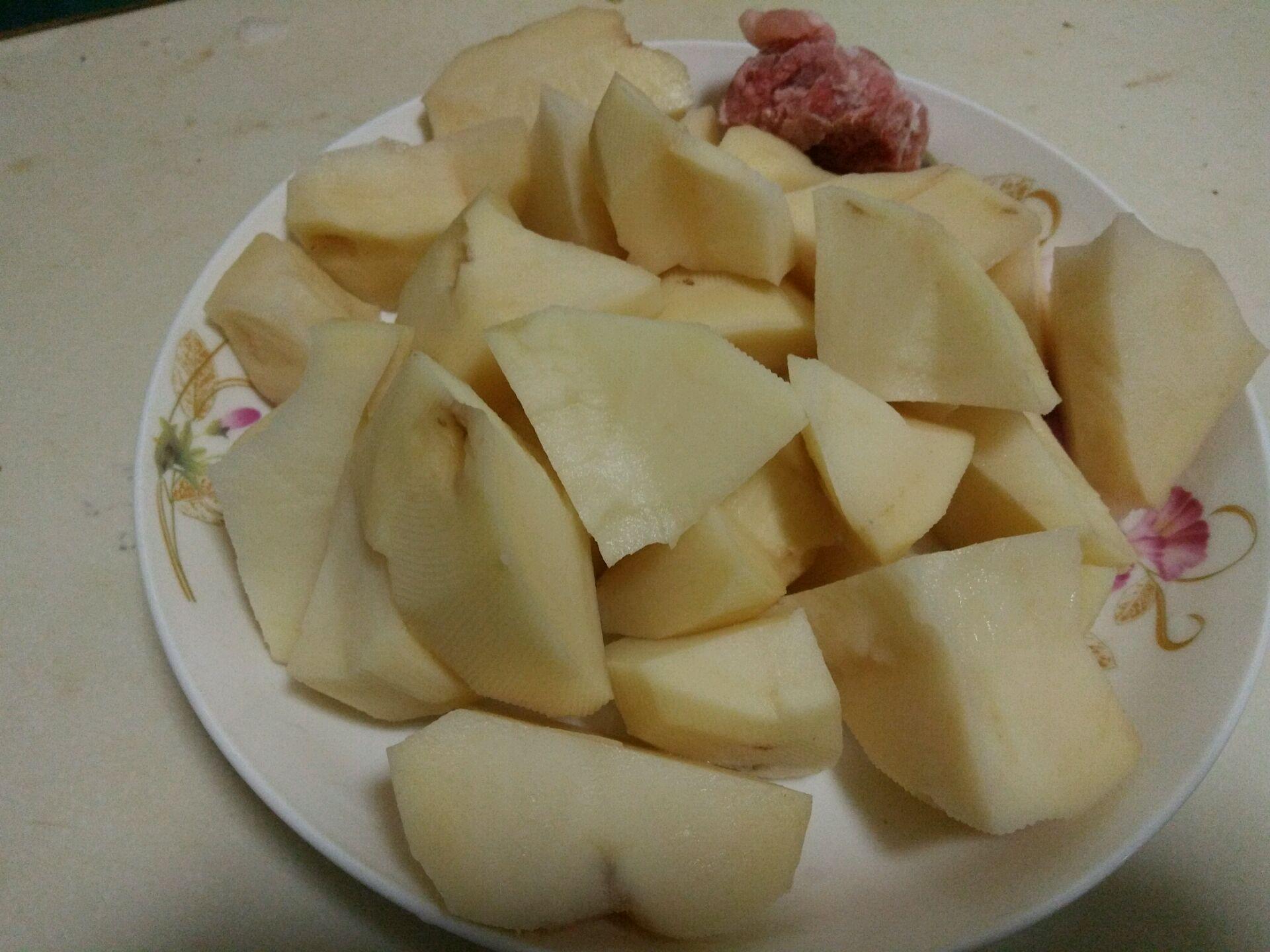土豆削皮洗干净,切滚刀块