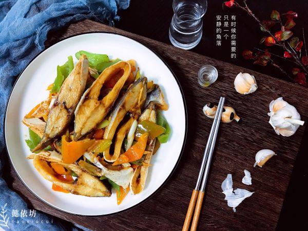 青椒炒咸金鲳鱼干的做法