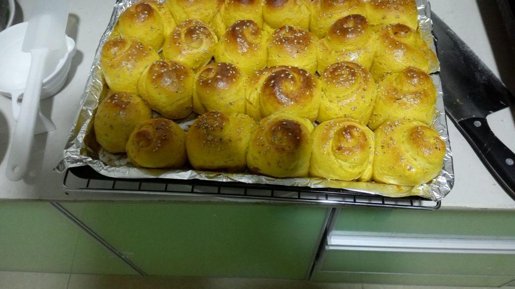 鸡蛋1个 鸡蛋液适量 蜂蜜适量 酵母粉3g 南瓜蜂蜜小面包的做法步骤 6.