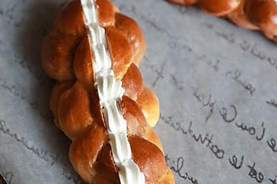 双色辫子奶油面包