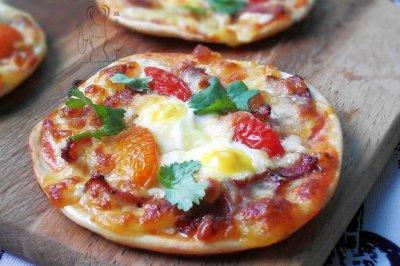 迷你培根鹌鹑蛋披萨
