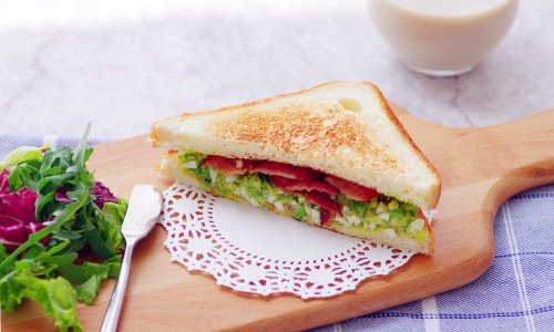 不用沙拉酱的快手早晨——牛油果培根三明治的做法