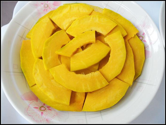 南瓜的营养丰富是大家众所周知的,而且也是夏日菜市场里必不可少的蔬菜之一,南瓜中含有丰富的锌,为人体生长发育的重要物质。 其实这才是我最终要选用南瓜的目的,是为了我儿子啊!儿子正处在青春期,需要足够的营养,而夏日炎热很容易让人没有食欲,所以适当添加一些甜品是很必要的了,儿子说为什么要最后淋上蜂蜜呢,先放蜂蜜一起蒸不是能让蜂蜜更好的进入到南瓜里吗?