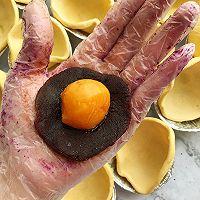 懒人自有妙计:红豆沙蛋黄酥 &紫薯肉松蛋黄酥(蛋挞皮版)的做法图解4