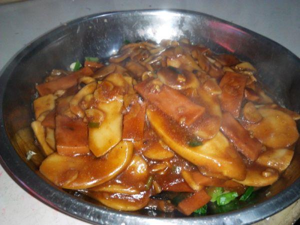 鸡腿菇烧火腿肠的做法