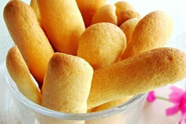 3. 1、打发的蛋白糊在与蛋黄及面粉混合时,要向上翻拌或切拌的手法,以免消泡。 2、烤到最后几分钟时要多观察,表面颜色变黄即可,不要烤糊了。 3、挤的时候用力尽量均匀些,每个饼干的量基本一样,烤出来粗细就会差不多少大小。 4、每挤一条,最后收尾时都要向开始的方向反着提一下,基本可以保证饼干的两头都是一样的椭圆形了。