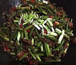 蒜苔炒腊肠的做法
