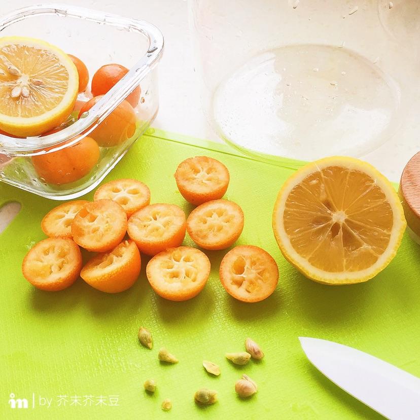 金桔去核切半,柠檬去皮去核切成块