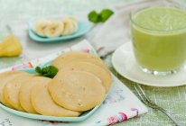 香蕉松饼配牛油果奶昔的做法