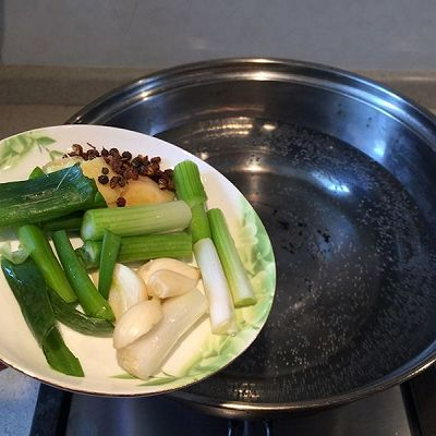 家常菜——蒜苗回锅肉的做法 步骤1