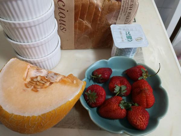 草莓蜜瓜酸奶吐司杯