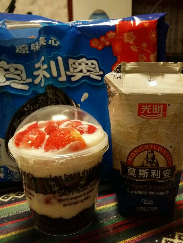 漂亮的水果酸奶木糠杯就可以吃了