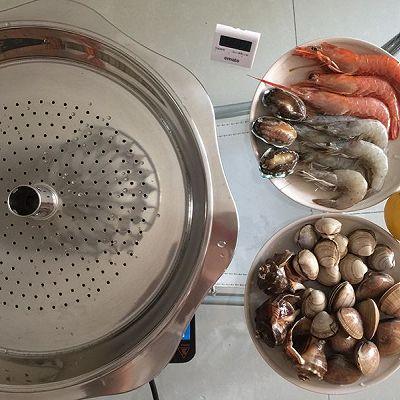 制作蒸汽海鲜: 将海鲜放到蒸锅上,加西兰花,葱姜蒜,柠檬片,然后大火蒸