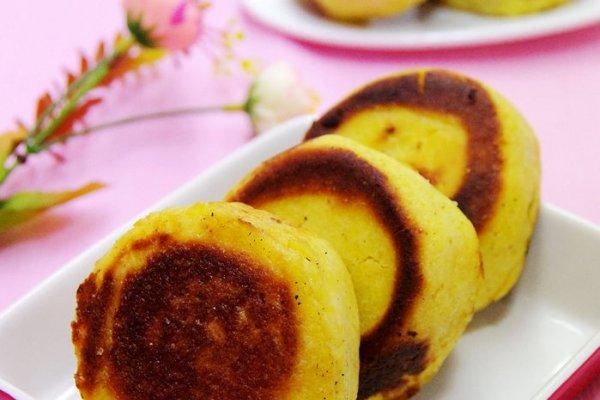 在主食厨房买过的玉面饼子了,颜色金黄,软软乎乎的,而且圆圆的特可爱