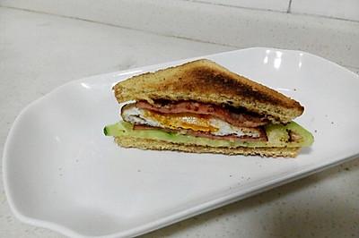 简易营养美味早餐:煎蛋火腿三明治