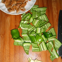 投其所好---尖椒肥肠的做法图解1