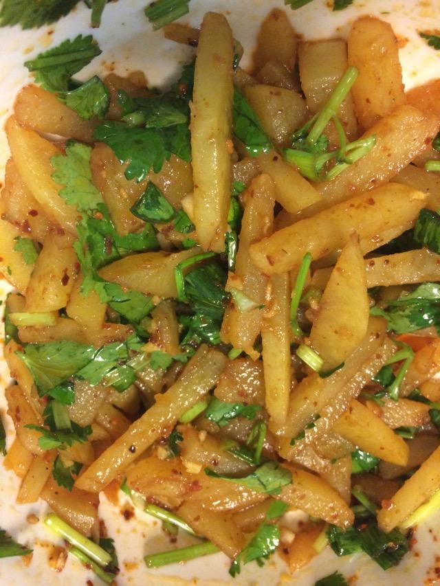 4. 土豆里加入辣椒醬,香菜,大蔥,生抽,香醋拌一拌,很美味哦(如果有薄荷就最好了,土豆很燙的時候和薄荷一拌,薄荷一老,超香)