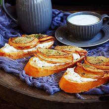 柠香酸奶佐黄油烤梨配法棍面包