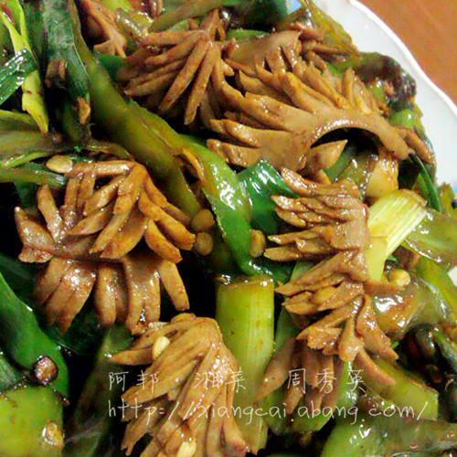 主料 新鲜猪腰子1对 青椒4只 辅料   鲜蒜2根 生粉适量 油适量