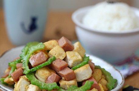 午餐肉豆腐炒苦瓜的做法