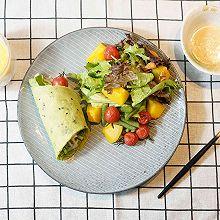 菠菜汁鸡肉卷配南瓜生菜沙拉