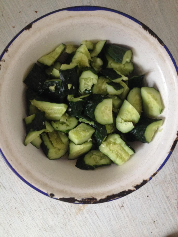黄瓜拌菜的做法图解1