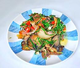 #321沙拉日# 野蒜炒腊肉的做法