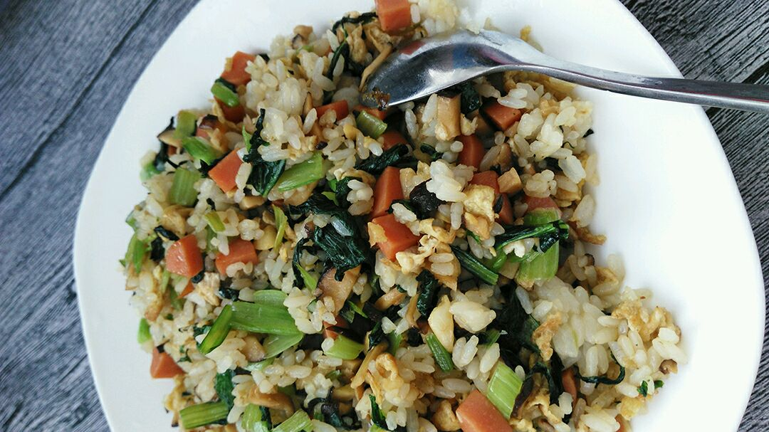 炒米饭,完美!单到这一步呢也是可以吃的,但还要让它美上加美.