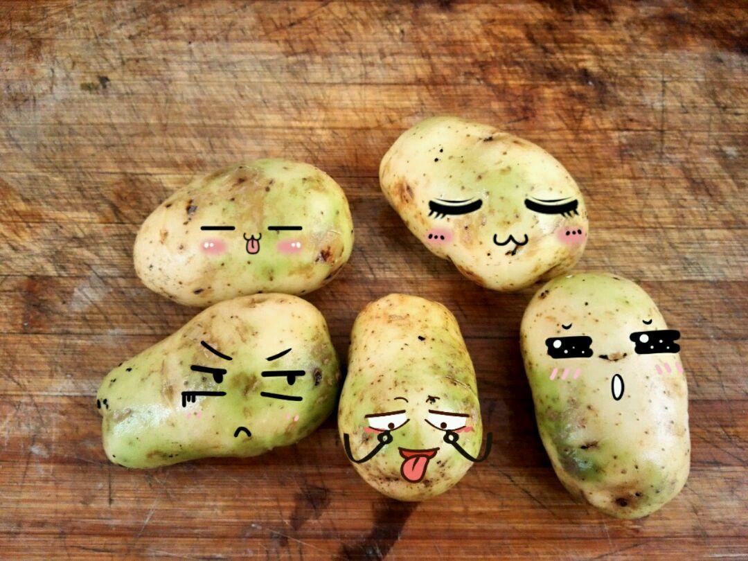 选几个可爱的土豆,放到蒸锅里蒸熟.