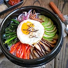 美味又可口的石锅拌饭,做法简单到你也会,在家吃省钱又实惠