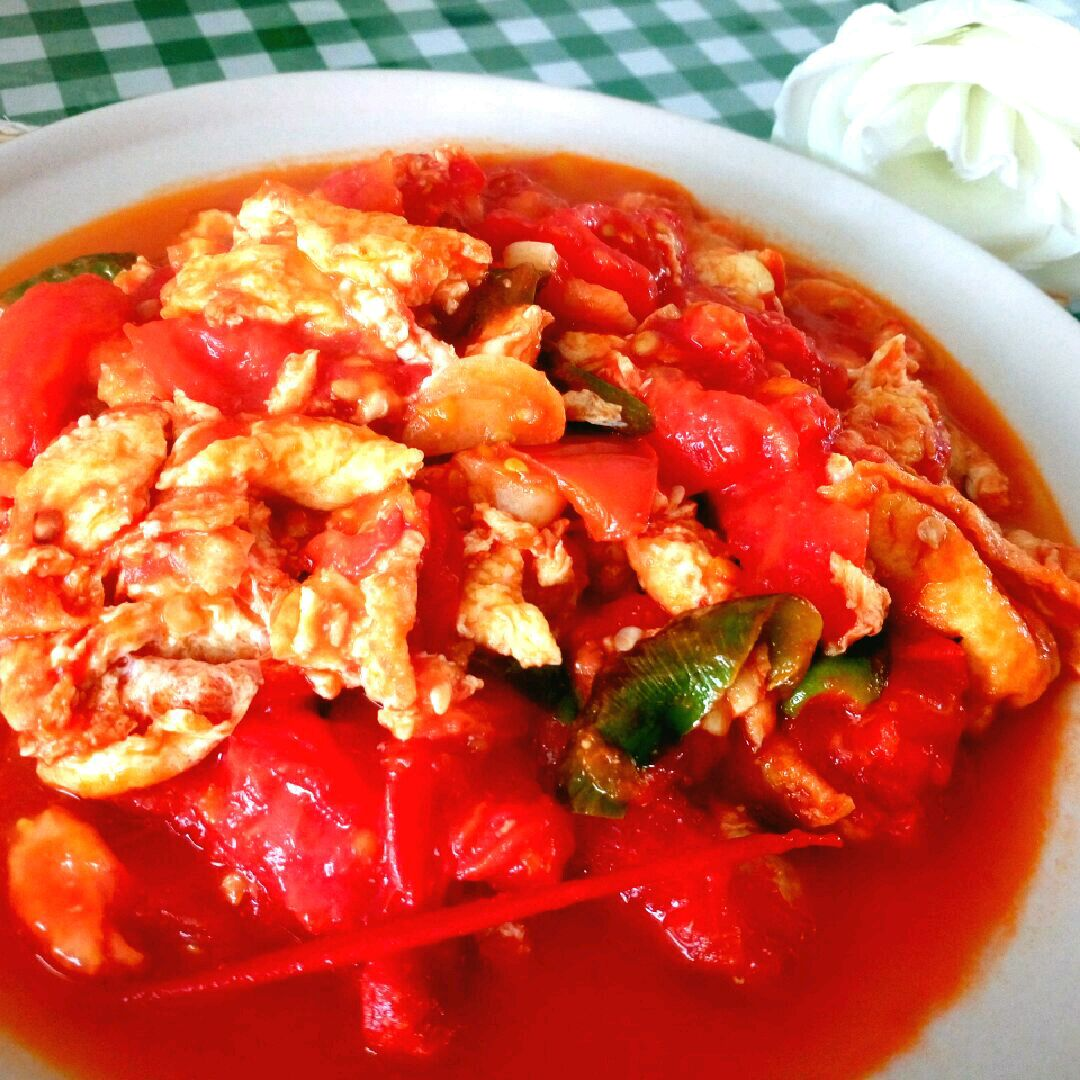 鸡蛋3颗 绿辣椒1个 大蒜2颗 盐适量 糖适量 西红柿炒蛋的做法步骤 6