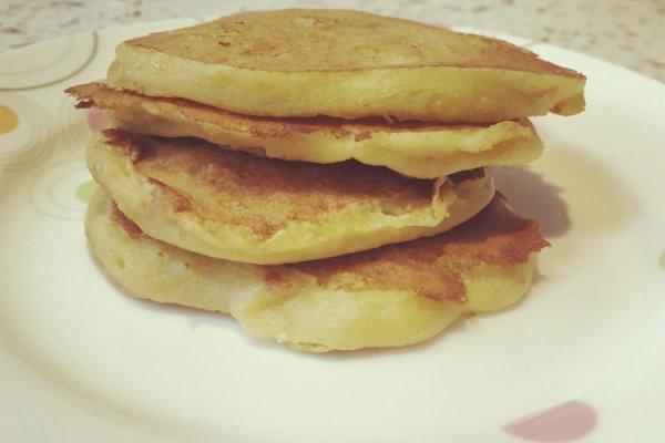 制作香蕉饼 准备材料:香蕉、面粉 方法一(比较麻烦): 香蕉剥皮碾