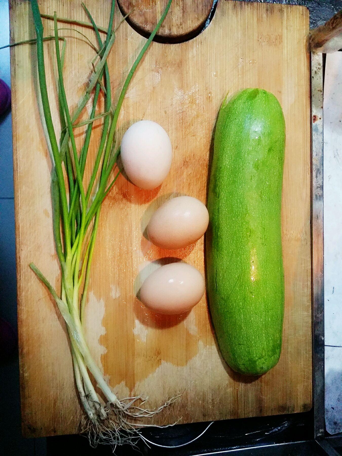 茭瓜(西葫芦)炒蛋的做法图解1