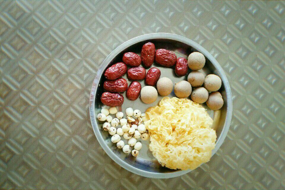 银耳莲子红枣桂圆汤的做法图解1