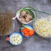 排骨豆芽炖粉条的做法图解1