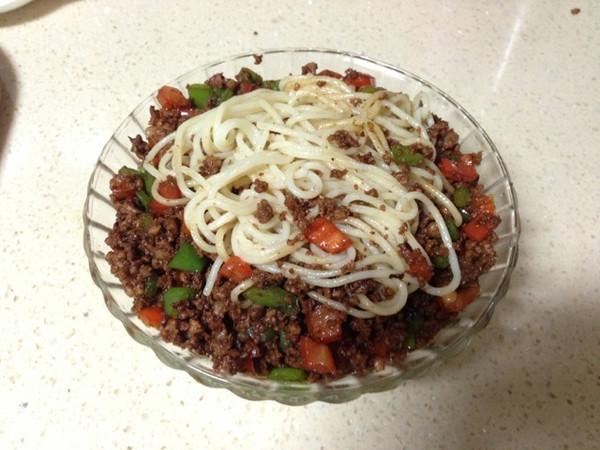 彩椒肉末拌面的做法