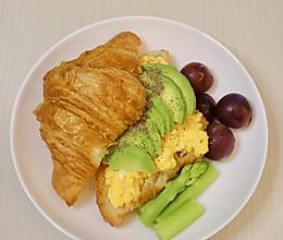 牛油果鸡蛋可颂早午餐大满足的做法
